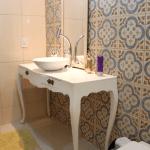 Bancadas de banheiro com móveis soltos