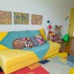 Sofá amarelo em decoração de verdade