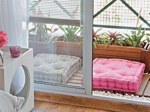 futons e almofadas no chão da sacada 01