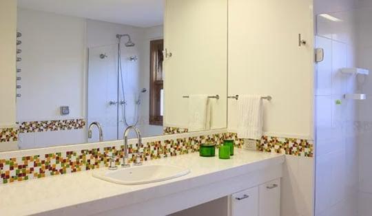 Como usar pastilhas de vidro no banheiro sem gastar muito -> Banheiro Com Pastilhas De Vidro Bege