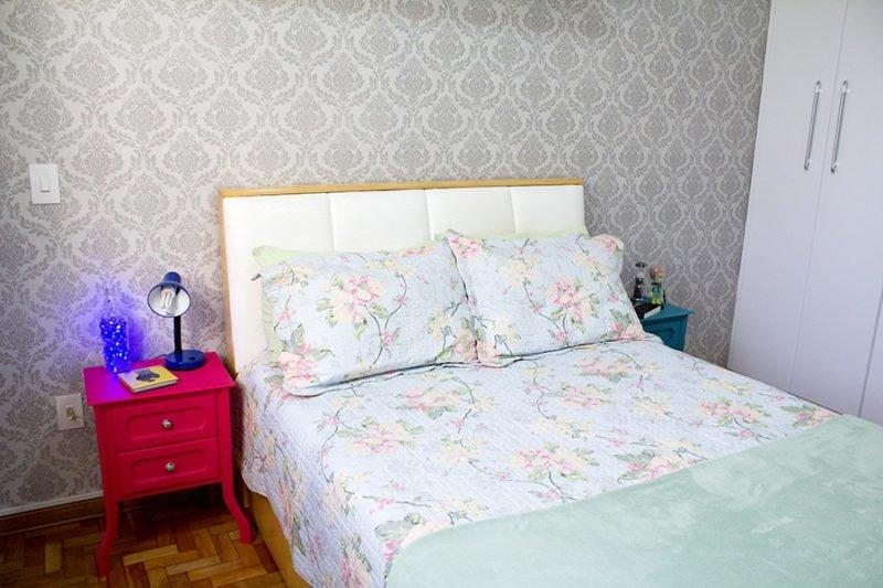 criado mudo colorido no quarto 01