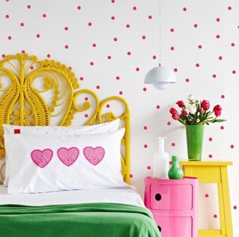 criado mudo colorido no quarto 05
