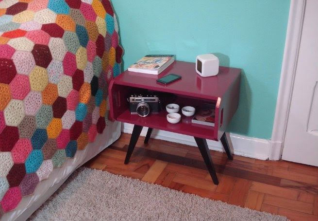 criado mudo colorido no quarto 08
