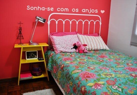 criado mudo colorido no quarto 09