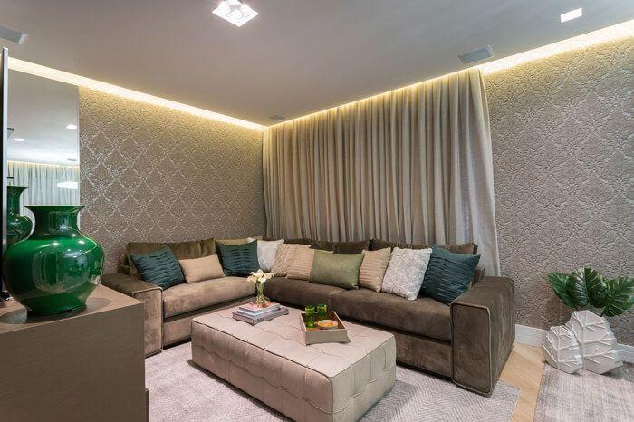 sala de estar com papel de parede bege