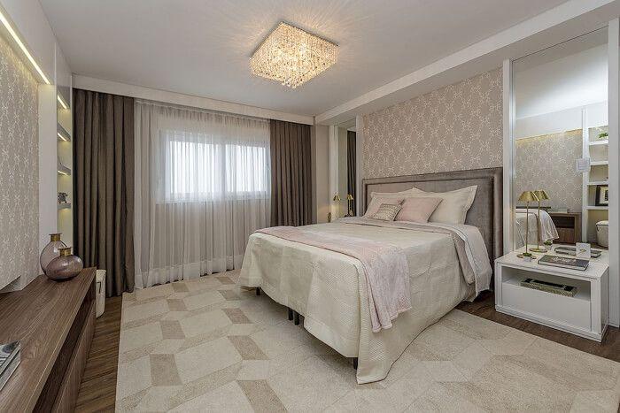 quarto de casal com papel de parede neutro