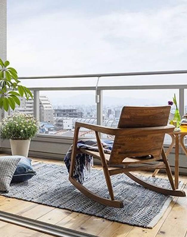 decoração de área externa com cadeira de balanço