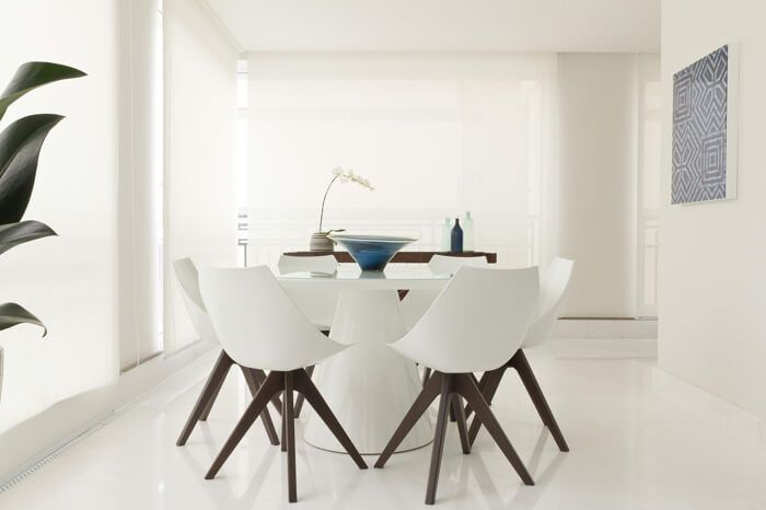 sala de jantar com piso branco