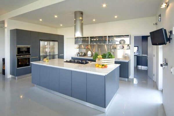 cozinha com piso de porcelanato liquido