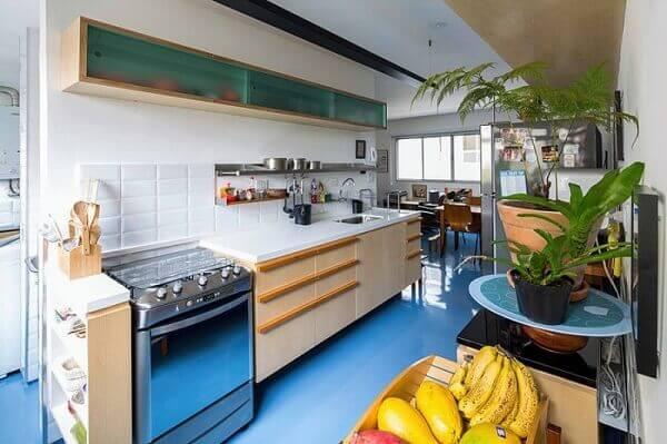 cozinha com piso colorido