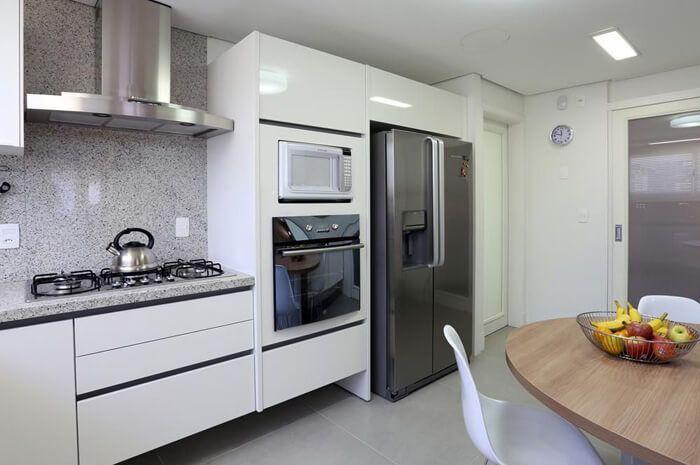 cozinha equipada com geladeira moderna